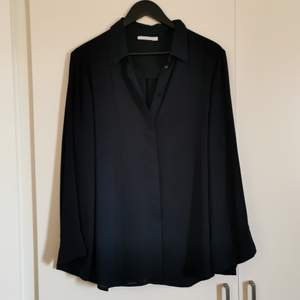 Unique blouse with 3/4 arms, flowy and broader. Has 2 cuts in the back for a descreet open back. Super sexy but also works in the office. Not tight and worn like twice but gosh I have so many blouse 😆