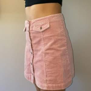 Rosa manchester kjol från H&M använd 1 gång. Modellen är 160.