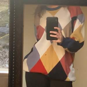 Rutig stickad tröja från lyle and scott, unisex och riktigt skönt material.