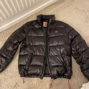 Levis jacka i storlek S. Säljer nu min Levis vinter jacka i storlek S. Dun jacka.