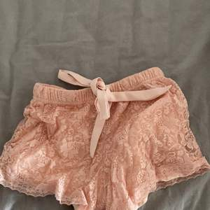 Fina rosa spets shorts som man kan knyta!💞