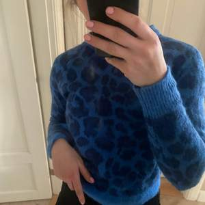 Säljer min helt oanvända tröja från PIECES, köpt i Danmark i somras men aldrig använd. Storlek xs men passar mig som har s-m.