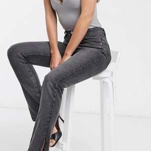 Supersnygga jeans med slits köpta på ASOS, Använda max 5 gånger så i bra skick!!