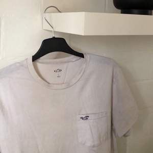 En vanlig vit tröja med hollister tryck på framsidan🤍 Tröjan är lite nopprig, men ingenting man tänker på! Köparen står för frakten