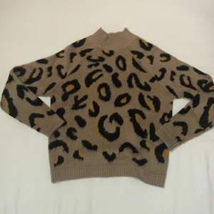 Tröja från AMISU, riktigt skön och gosig med leopard mönster!!🤎🤎🤎