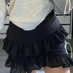 Fin kjol från Bikbok i storlek m men eftersom den är väldigt liten i storleken passar den mig som i vanliga fall passar i xs-s💗💗