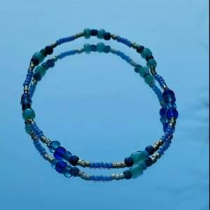 Egengjort armband med elastiskt band i fina blåa färger. 🌊💙