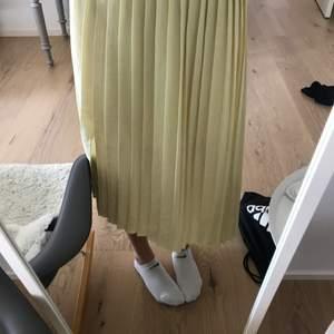 Jätte fin gul kjol från mango, väldigt fin till sommaren. Ordinarie pris: 400kr Nypris:200kr