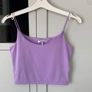 Säljer en oanvänd topp/linne från chiquelle. Jättefin lila färg, stretchig så passar xs/s