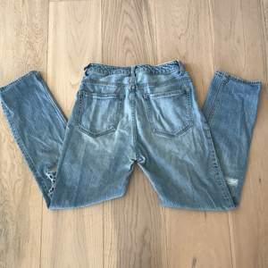 Blåa jeans med slitningar. Från H&M i storlek 36.✨