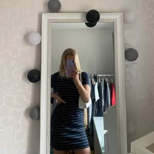 Säljer en marinblå somrig klänning som är perfekt vid tillfällen man vill klä upp sig men även om man ska till stranden. Använd få gånger. Från Vera moda. Passar S och M