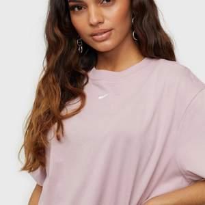 Oanvänd rosa Nike t-shirt säljes då det inte riktigt är min stil längre. Därav aldrig använd! Sitter supersnyggt oversized på.
