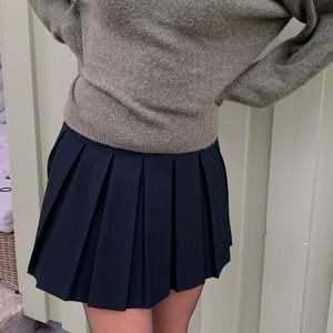 Kjolen är ny och helt oanvänd, säljer för att jag köpte i fel storlek ☺️ Att mötas upp går att diskutera !
