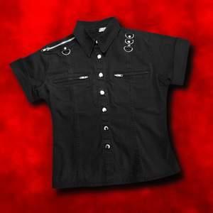 """""""𝑰'𝒗𝒆 𝒈𝒐𝒕 𝒕𝒉𝒊𝒔 𝒕𝒘𝒊𝒔𝒕𝒆𝒅 𝒍𝒊𝒕𝒕𝒍𝒆 𝒍𝒐𝒗𝒆 𝒇𝒐𝒓 𝒂𝒍𝒍 𝒕𝒉𝒊𝒏𝒈𝒔 𝒆𝒗𝒊𝒍."""" Maffig svart alternativskjorta med D-ringar, blixtlås och tryckknappar i metall🥵⛓ I perfekt skick! ⚡️ Major modern steampunk vibez!! 🤟🏻 Strl L men snarare en M. Frakt tillkommer på 57kr 💌"""