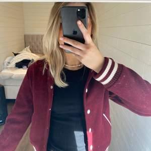 😍Baseball jacket! 😍Köpt här på plick! Jätte snygg men tyvärr lite liten för mig. Jag är en M. Denna är en storlek S!💕