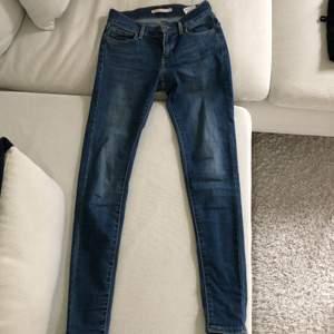 Ett par superfina blåa Levis jenas i storlek 25. Fin färg och sitter som en smäck. :))😍🤩😄😄🌟 #levis #jeans #superfina