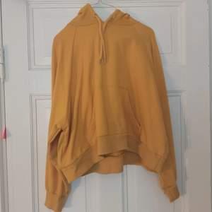 Superhärlig gul hoodie från Monki! Lite kortare modell än vanliga hoodies. Välanvänd och lite noppig, därav priset! 🥰