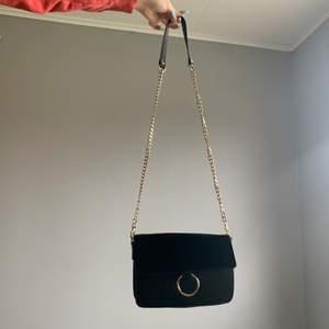 Super fin Nelly handväska med guld detaljer! Den är i gott skick men inte i 100% nyskick! 🤗💕
