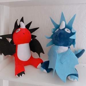 säljer 2 söta små drakar från filmen how to train your dragon! 💖 enar röd med svarta vingar och taggar, och den andfa är mörkblå med ljusblå vingar och taggar. supersöta och exklusiva! 🐲 1 för 125, 2 för 200