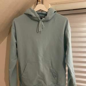 Babyblå hoodie från STAY. Den är använd men i bra skick. Finfin