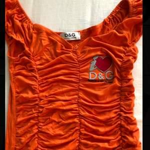 Denna as coola dolce&gabana tröja säljer jag på bud ☺️ orange o stretchig skulle passa S-M 🤩