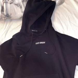 En hoodie från new yorker med ett coolt märke på ryggen. Använd några gånger 💕