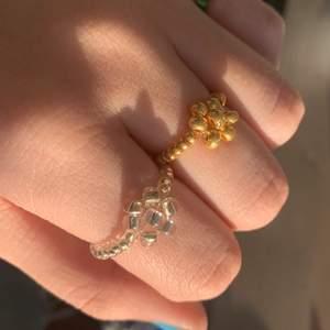 Superfina pärlringar som jag har gjort själv, man får gärna önska storlek och färg på pärlorna! Ringarna med små pärlor kostar 30kr och ringarna med en blomma på kostar 45kr💖