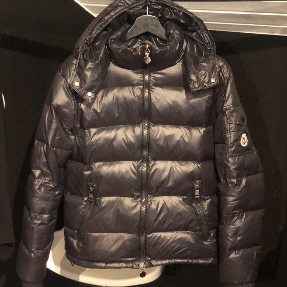 Moncler Maya jacka, passar mig perfekt som har storlek XS/S. Använd 1 vinter endast! . Jackor.