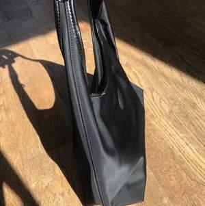 Svart 2000s nylon handväska från longchamp som ny kostade ca 1000-1500, köpt från tidigt 2000-tal och aldrig använd. Super kvalite och jätte snyggt svart nylon material😍