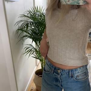 Säljer denna beiga stickade T-shirten från zara💕