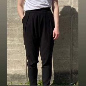 Ett par svarta baggy byxor i storlek XS från monki, använda men i bra skick. Kan mötas upp i Stockholm eller skicka mot extra kostnad. Kolla in annat jag säljer!
