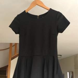 Svart tröja med mini kjol och dragkedja på baksidan från Esmara. Betalning sker via swish! :) Köparen betalar frakten, kan också mötas upp i Borås!