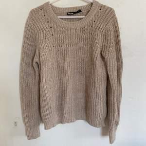 Säljer en stickad tröja i storlek S. Väldigt bra skick och sparsamt använd. Väldigt skönt material. Säljer då den inte längre passar. Hör av er för fler bilder. Köparen står för ev frakt:)