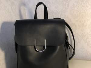 En jättefin ryggsäck med mycket fack🌸 Ryggsäcken har guld detaljer🌸