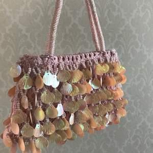 Rosa miniväska med snäckpaljetter på 💗 Är mer rosa än vad som syns på bilderna! Såå gullig 🌸 Köpt secondhand!