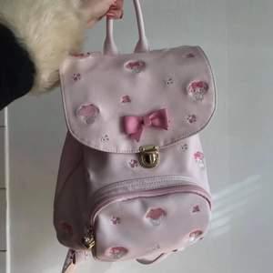 INTRESSEKOLL! Funderar på att sälja min My Melody väska från Japan. Vet ej pris ännu, men den var ganska dyr och fick även betala frakt och tull. Finns inte att köpa ny längre! Den är begagnad och köpt på Fril.jp. Annars i väldigt fint skick! ✨💕