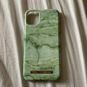 Hej! Har bytt telefon därför jag väljer att sälja skalet, sjukt snygg färg grön marmor. Använt ett par gånger. Passar iPhone 11 och Xr.