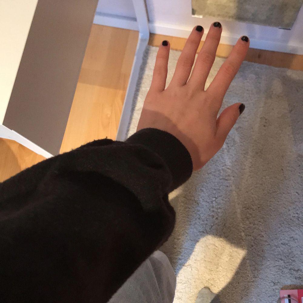 Fin mörkgrå stickadtröja från Zara. Använd Max tre gånger. Hör av er vid intresse/ fler bilder 💗 . Stickat.
