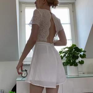 Studentklänning (fast inte en klänning utan en romper eller vad man nu säger, den har alltså shorts nedtill.) Bra om man är orolig för att flasha folk på utspringet tex! Möts i sthlm eller fraktar 💕💕💕