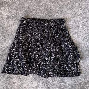 Svart kjol med volanger och små prickar, liknar den populära zarakjolen😍 köpte den för någon vecka sedan och har aldrig använt den så den är som ny.