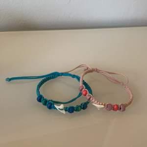 Armband, ett blått och ett rosa. Båda för 20kr eller en för 15kr. Köpare står för frakt!