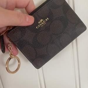 Knapp använd coach plånbok köp på blocket,. fint skick men väljer att sälja nu vidare då jag har för många kort och denna är för liten plånbok för mig. frakt ingår.