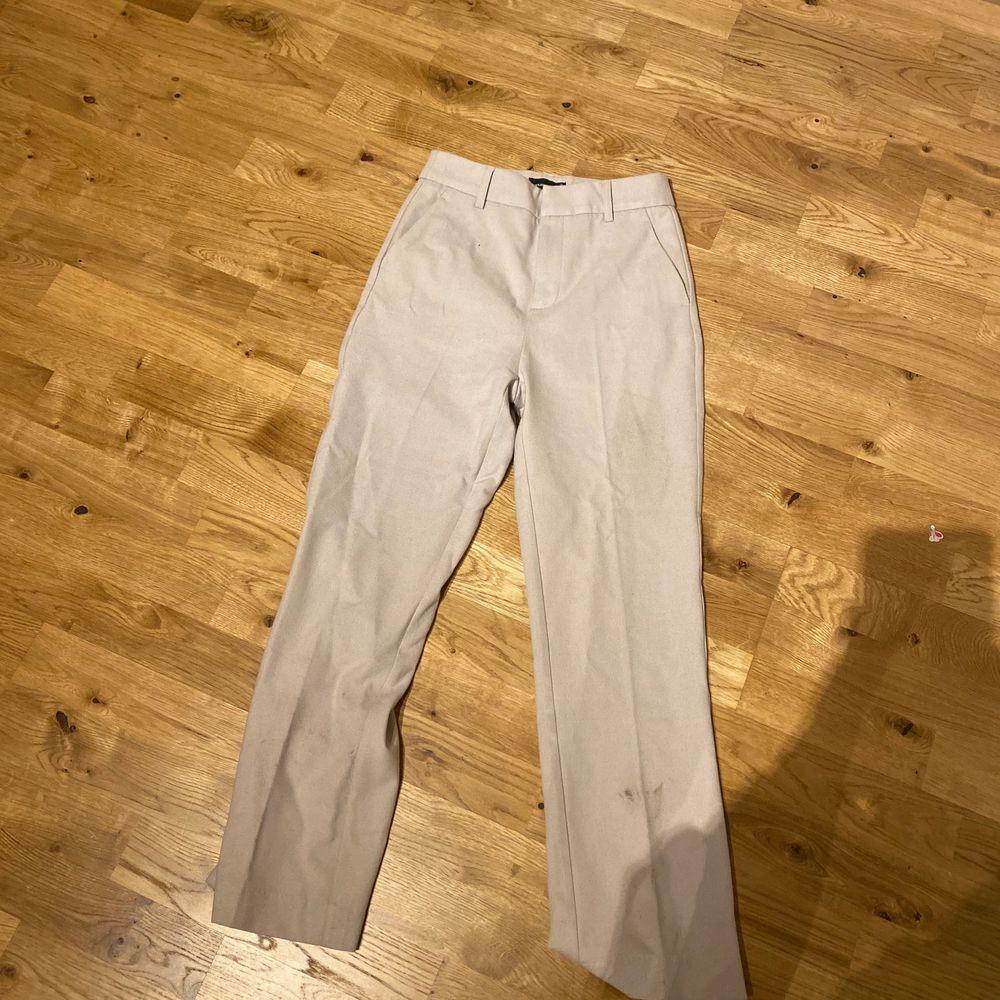Fina kostymbyxor i färgen beige . Aldrig använda bara provade . Nypris 600kr mitt pris:400kr storlek:xs , passar s också.. Jeans & Byxor.
