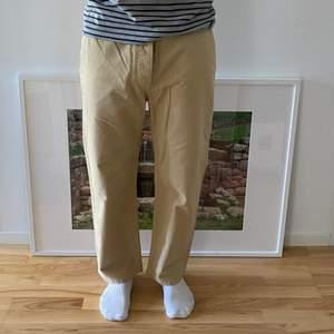 säljer dessa fina byxor i Perfekt skick. Perfekt passform. modellen är 183cm
