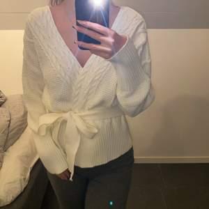 Vit stickad tröja i storlek S. Hämtas i Norrköping eller fraktas, vid frakt står du för frakt summan. Postar med video bevis.  Garanterar en snabb och pålitlig affär🤍