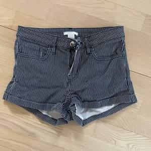 Marinblå och vita randiga shorts från h&m. Superfin passform och passar till mycket. 70kr+48kr frakt 💕