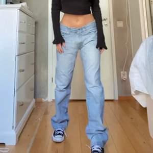Sååå jäkla snygga vintage Levis jeans som jag köpte här på plick men som är för stora i midjan för mig :((((( storlek 30 i midjan och längd 32❤️ (jag är ca 163) lånad bild och hon på bilden är 165. Köpte för 1500kr