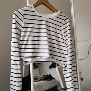 Randig svartvit långärmad t-shirt. Avklippt till en crop top. Kan skicka eller mötas upp i Stockholm. ❤️