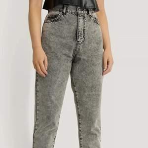 Hej! Nu säljer jag mina ursnygga jeans köpt från NAKD av märket Dr Denim! Populära och helt slutsålda på webbsidan. Nypris 500kr. Säljes pågrund av att jag har ett par likadana och har inte kommit till användning. Använda fåtals gånger och i ett jätte bra skick. Köpare står för frakt. Hör av dig om frågor osv ✉️