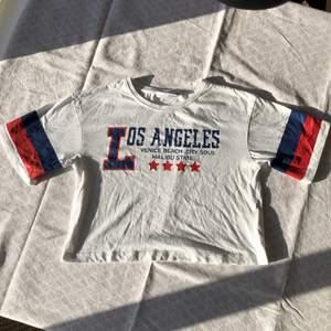 Fin vit t-shirt med tryck. Checka gärna in mina andra försäljningar. Frågor? Bilder? Skicka så fixar jag!